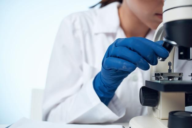 Женщина-ученый, исследования микробиологической технологии