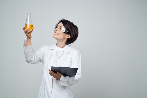 여성 과학자 화학 용액 분석 진단 전문가 프리미엄 사진