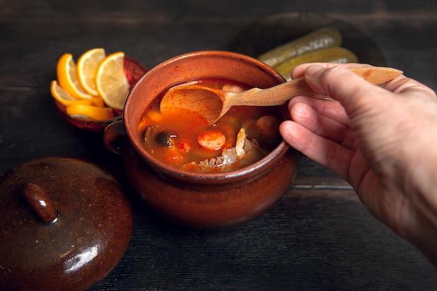 Женщина ложки домашний традиционный русский суп солянка