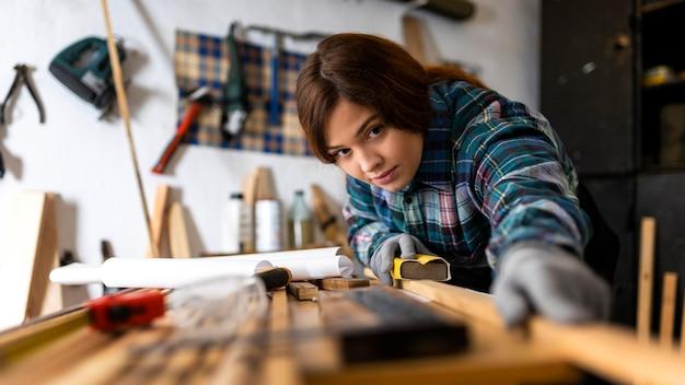 木の板をこする女性