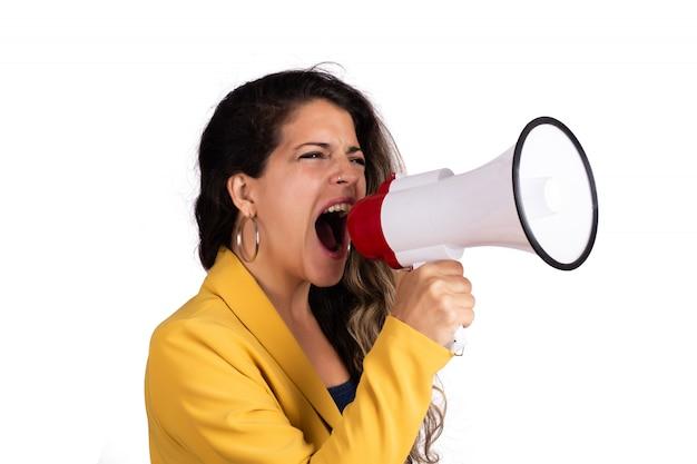 Женщина кричала на мегафон.