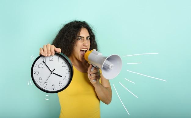 Женщина кричит в громкоговоритель, потому что уже слишком поздно. гневное выражение.