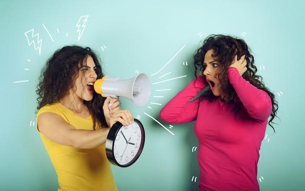 Женщина кричит в громкоговоритель другу, потому что уже слишком поздно. гневное выражение.