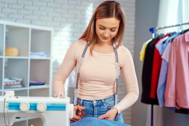 Женщина-швея работает с тканью