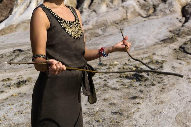 여성은 측량 방법으로 사막 지역에서 물을 찾습니다.