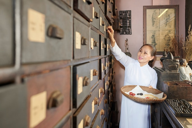 Женщина ищет ингредиенты для сухой обработки