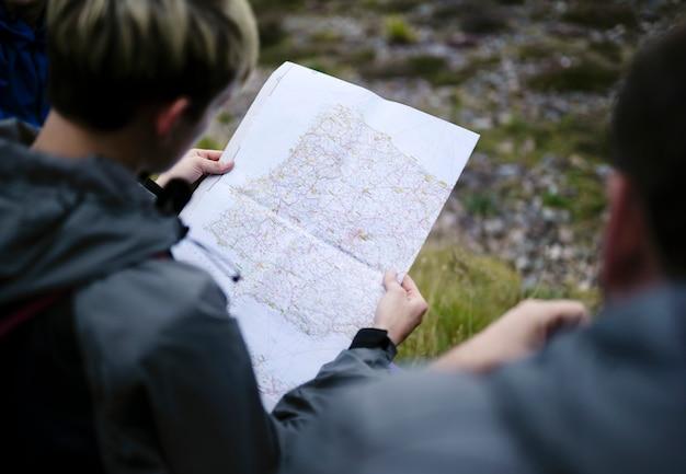 地図上の自分の位置を探している女性