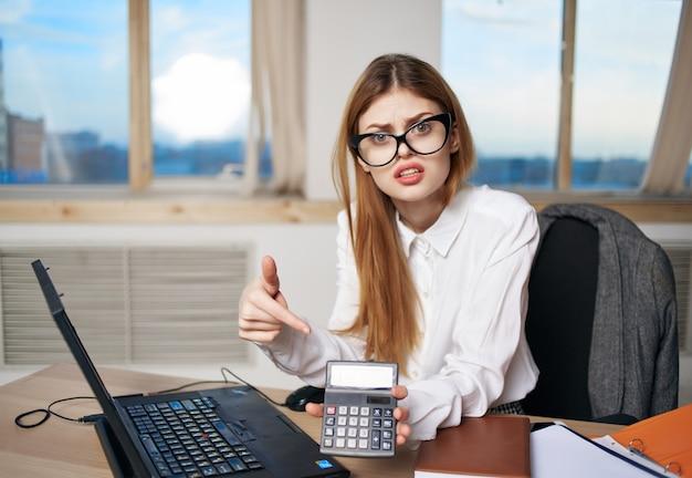여성 비밀 작업 책상 사무실 전문 작업