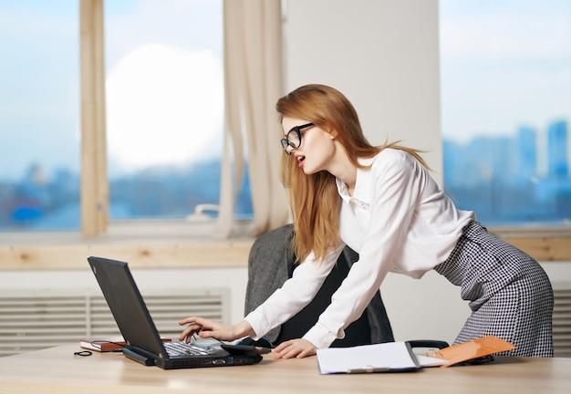 여성 비서 사무실 책상 노트북 기술