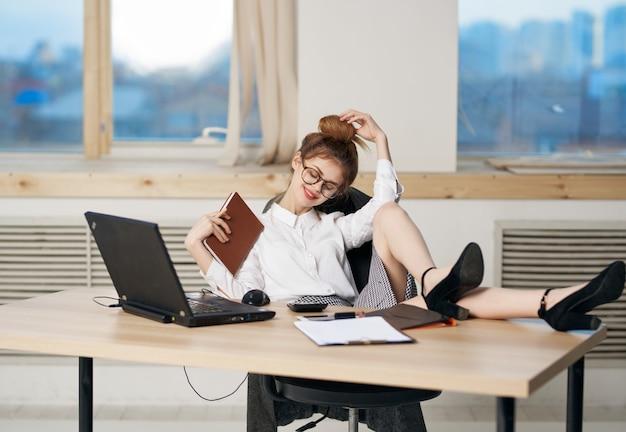 Женщина-секретарь, рабочий стол, ноутбук, профессионалы в области технологий