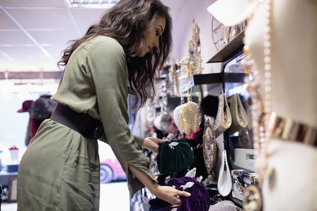 Женщина, выбирающая аксессуары в разделе ювелирных изделий