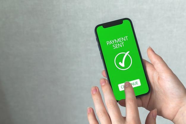 휴대폰으로 돈을 보내는 여성, 온라인 뱅킹 개념 배경, 온라인 송금 기술 사진