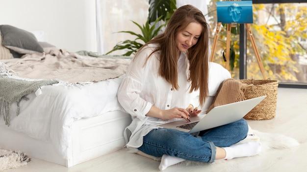 Женщина настраивает свой видеоблог