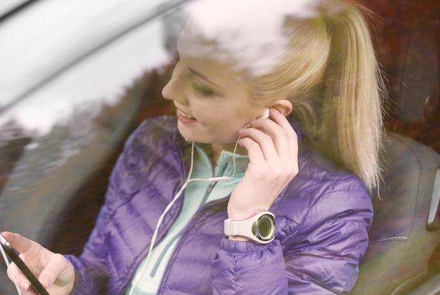 車内の電話の女性の設定