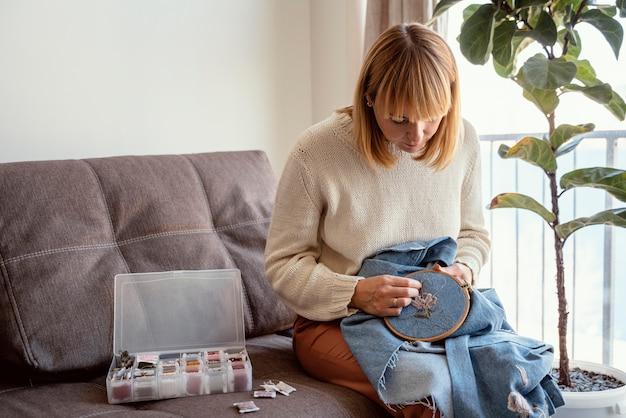 仕立て屋で縫う女性