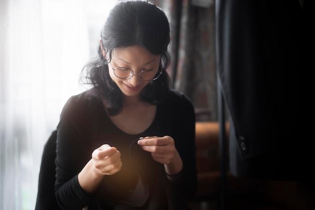 Женщина шьет вручную средний план Premium Фотографии