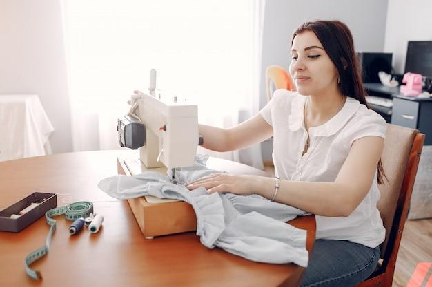 Женщина шьет на швейной машине