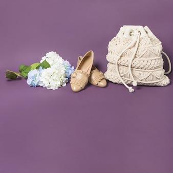 分離された女性の靴と綿のハンドバッグ