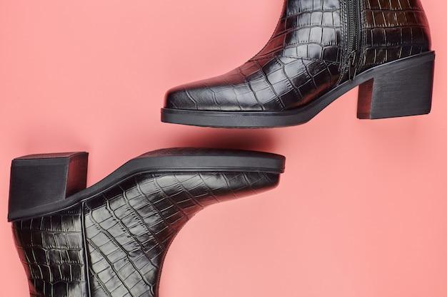 女性の靴、コピースペース、ピンクの背景。靴のケアまたはクリアランスセールのコンセプト。