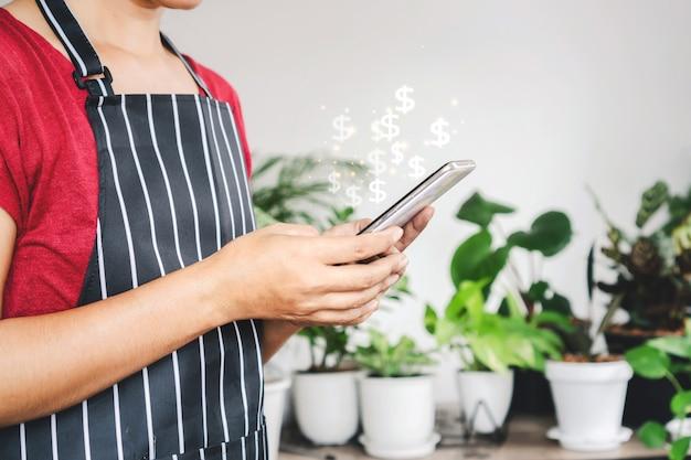 Владелец магазина женщина получает заказ на продажу растений зарабатывает деньги в интернете из дома