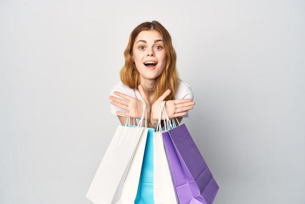 여자 쇼핑 중독 여러 가지 빛깔된 패키지 쇼핑 라이프 스타일