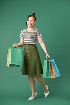 色とりどりのパッケージを手にした買い物好きの女性
