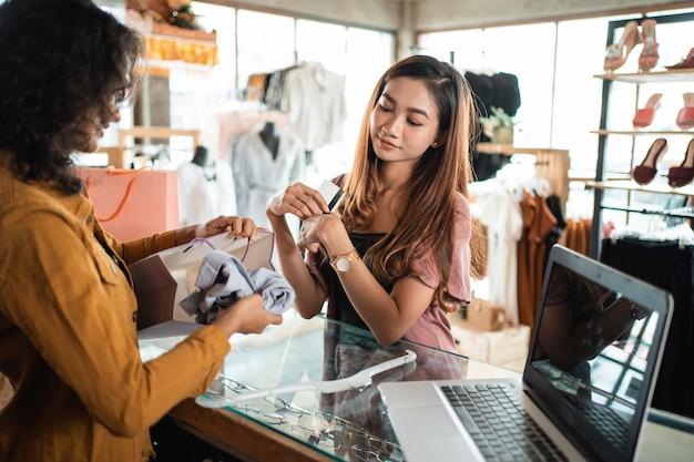 Женщина, покупки в бутике в маль