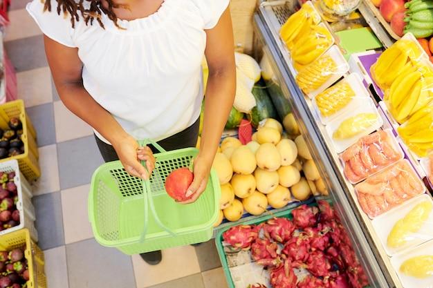 スーパーで買い物の女性