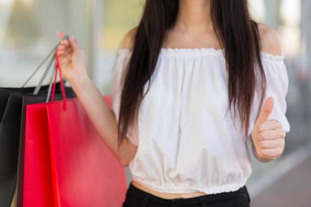 Vista frontale della donna e dei sacchetti della spesa