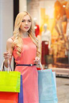 Женщина за покупками. красивая молодая женщина, делающая покупки в торговом центре