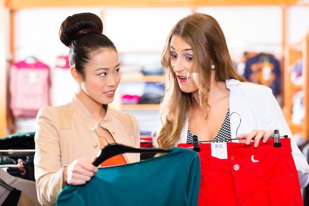 패션 매장에서 옷을 쇼핑하는 여자