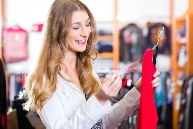 상점 또는 상점에서 옷을 쇼핑하는 여자