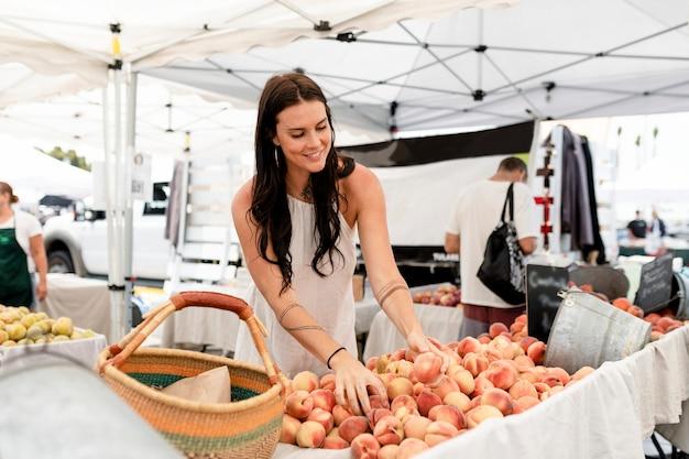복숭아를 쇼핑하는 여성, 과일 신선한 시장에서 구매
