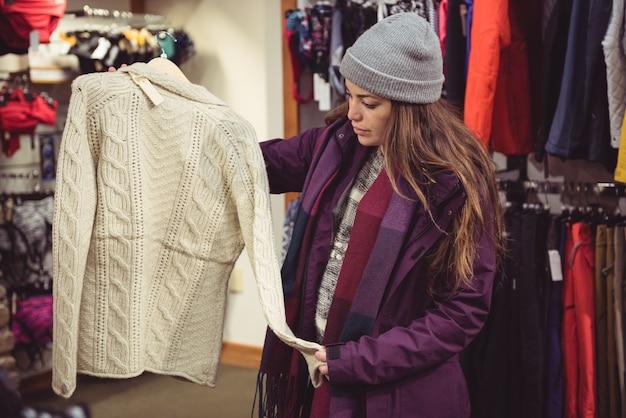 洋服店で買い物をする女性