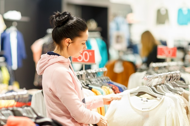 ドレスマーケットで買い物をする女性