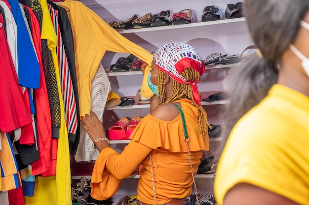 地元のブティックで買い物をする女性
