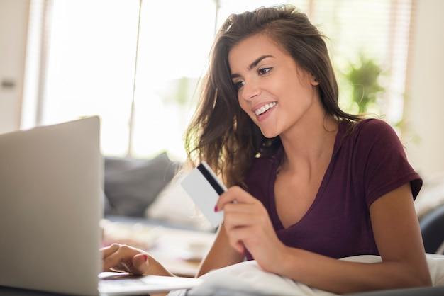 노트북으로 온라인 쇼핑하는 여자. 온라인 쇼핑이 훨씬 더 쉽고 빠릅니다.