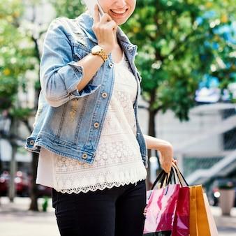 Concetto di consumismo di spesa del cliente di spesa della donna