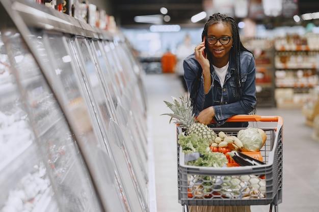 スーパーで野菜を買い物に女性