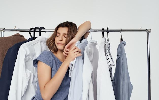 Женщина торговый гардероб вешалка для одежды модельный стиль.