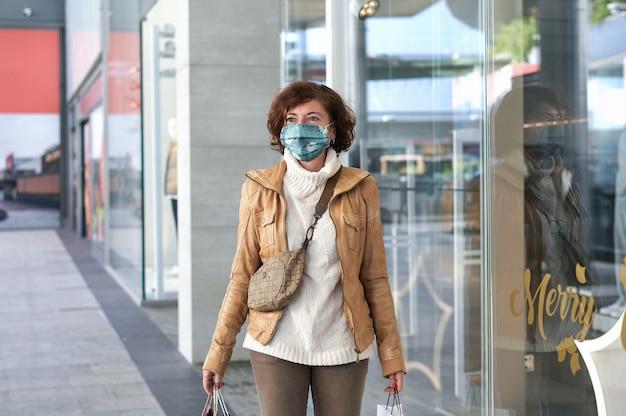 얼굴 마스크와 함께 쇼핑하는 여자