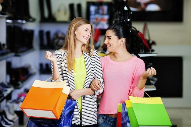 Женщина, делающая покупки