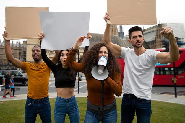 メガホンミディアムショットに叫ぶ女性