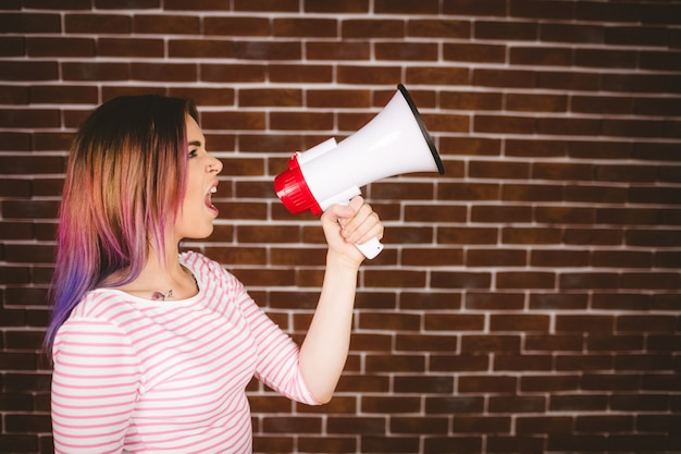 Женщина кричит на мегафон Premium Фотографии