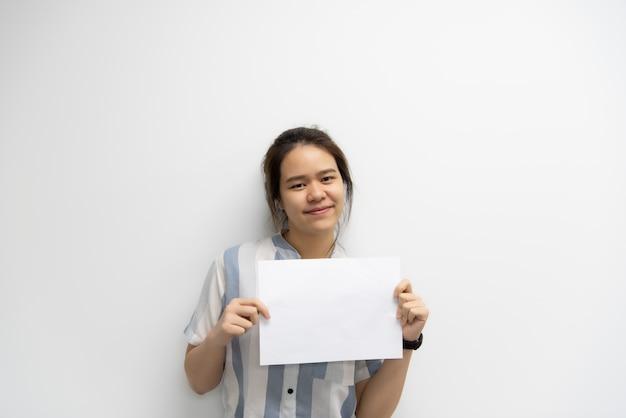 Женщина показывая пустую бумагу