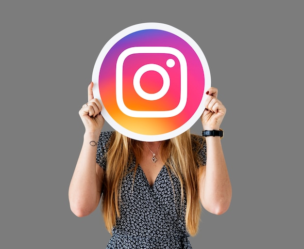 Instagram 아이콘을 보여주는 여자