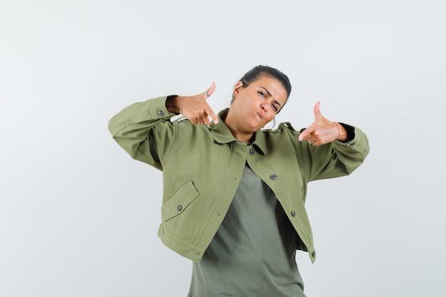 여자 재킷, t- 셔츠에 두 엄지 손가락을 보여주는 자신감을 찾고