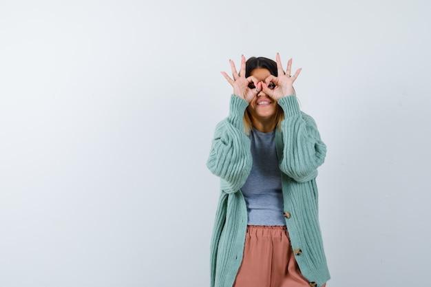 여자 캐주얼 옷에 안경 제스처를 보여주는 행복, 전면보기를 찾고.