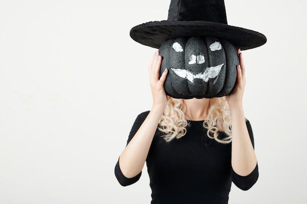 Женщина показывает украшение партии хэллоуин