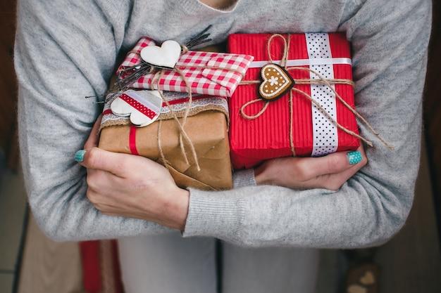 Donna che mostra i suoi scatole regalo